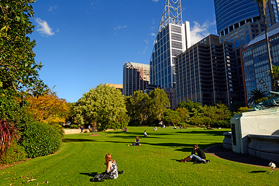 Beau City Workers Enjoy Their Lunctime Break In The Sydney Royal Botanic Gardens